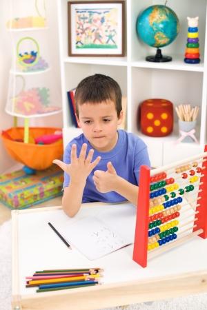 �baco: Little boy preparaci�n para la escuela primaria haciendo ejercicios de matem�ticas sencillas
