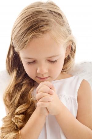 niño orando: Hermosa niña rezando - closeup, aislado