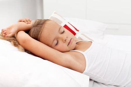 enfant qui dort: Petite fille dormait paisiblement dans sa chambre éclairée lumineuse Banque d'images