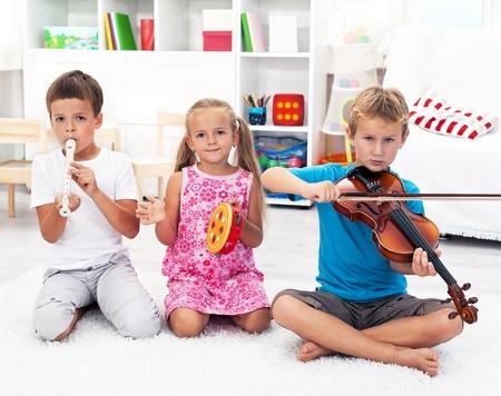 dwarsfluit: Onze eerste band - Kinderen spelen op muziekinstrumenten Stockfoto