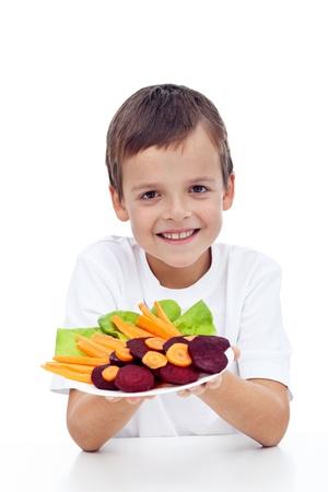 근대의 뿌리: 비트 뿌리, 당근 - 접시에 신선한 야채와 건강한 소년 스톡 사진