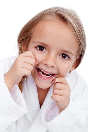 higiene bucal: Primer plano de ni�a usando la seda dental - concepto de la higiene bucal Foto de archivo