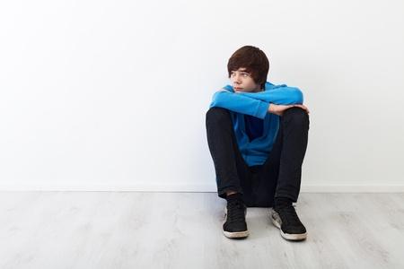 hombre preocupado: Los tiempos en que cada pensamiento es grande - chico joven serio sentados