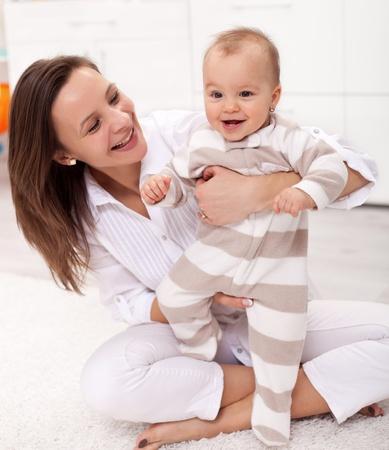 mother to be: Bellissima bambina entusiasta di essere a piedi aiutato da sua madre