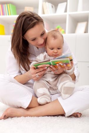 봐 어떤 아기 책자를보고 귀여운 작은 ... 여자와 어린 소녀 스톡 콘텐츠