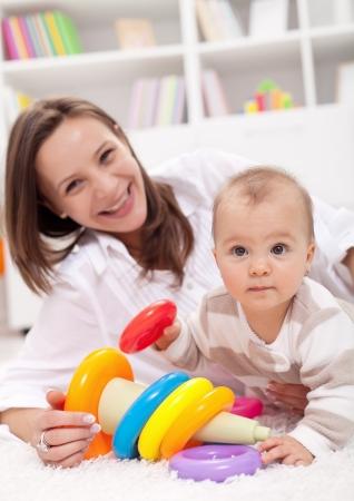 playing with baby: Bella bambina gioca con la madre sul pavimento