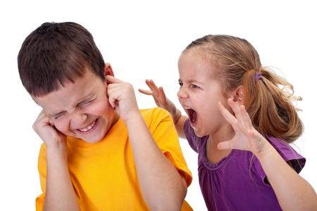 desacuerdo: Niña gritando con rabia a un niño - Los niños que rabian Foto de archivo