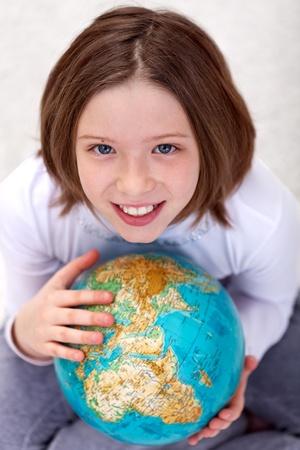 planeta tierra feliz: Niña de estudiar geografía con un globo terráqueo