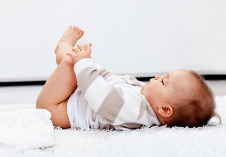 tissu blanc: B�b� fille en attente d'une nouvelle couche � la maison