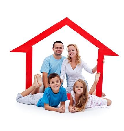 home loans: Happy Home concetto - giovane famiglia con due bambini e segno della casa