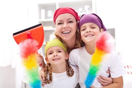 mujer limpiando: Limpieza de grupo de trabajo - la mujer con los ni�os la celebraci�n de los utensilios Foto de archivo