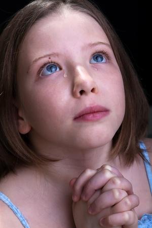 ni�o llorando: Ni�a rezando y llorando - closeup retrato Foto de archivo