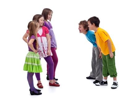 interakcje: Grupa chłopców i dziewcząt stojących - interakcje płci w dzieciństwie