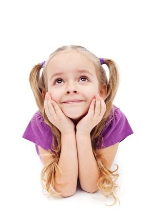 jolie petite fille: Happy girl r�vasser ou fantasmer regardant - sur fond blanc