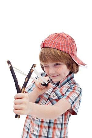 niños malos: Niño travieso con el objetivo con eslinga - aislado