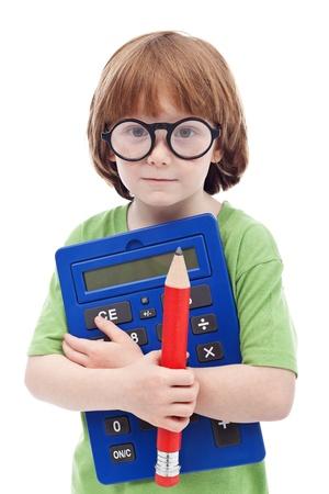 Concepto de Boy Genius - niño con gafas grandes, lápiz y calculadora