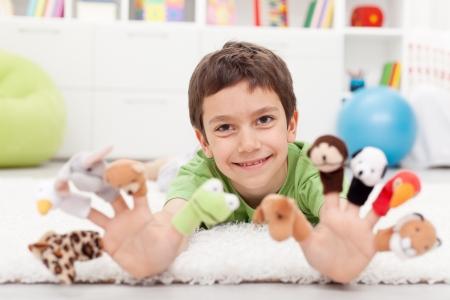 marioneta: Niño con títeres para los dedos jugando en el suelo