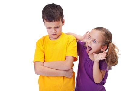 lengua afuera: Ni�a de bromas y burlarse de un ni�o - sacando su lengua, aislado