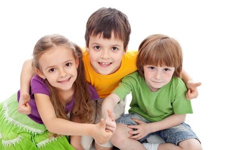 ni�os riendose: Amigos de la infancia-los ni�os abrazando y dando pulgar hacia arriba signo