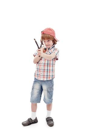 maliziosa: Giovane ragazzo con la fionda che mira - corpo pieno, isolato