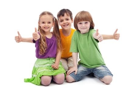 enfants qui rient: Groupe de trois enfants donnant thumbs up signe - isol�