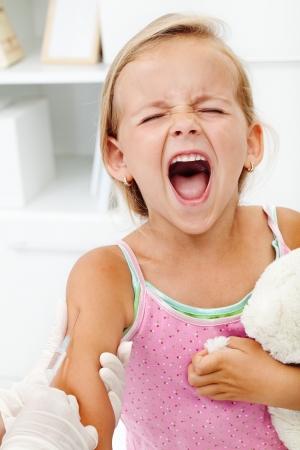 Distressed dziewczynka coraz zastrzyk lub szczepionki - krzyczał histerycznie