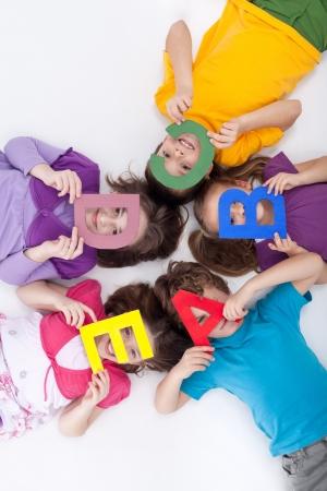 Nauka poprzez zabawę koncepcji - dzieci z dużych liter alfabetu Zdjęcie Seryjne