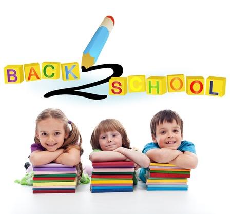 escuela primaria: Felices los niños con un montón de libros coloridos
