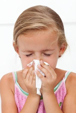 Dziewczynka z dmuchanie nosa grypy - zbliżenie