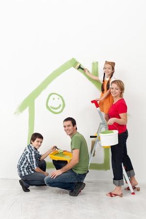 Rodzina z dziećmi remontu ich domu - uśmiecha się z naczynia do malowania Zdjęcie Seryjne
