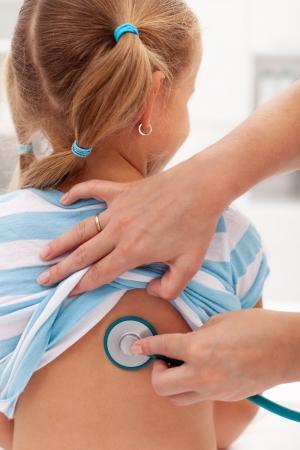 Dziewczynka na lekarza, który dokona kontroli - zbadał stetoskopem