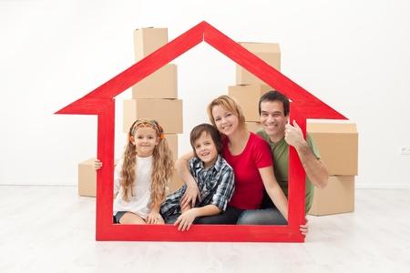 Happy family z dzieci przeprowadzka do nowego domu koncepcji