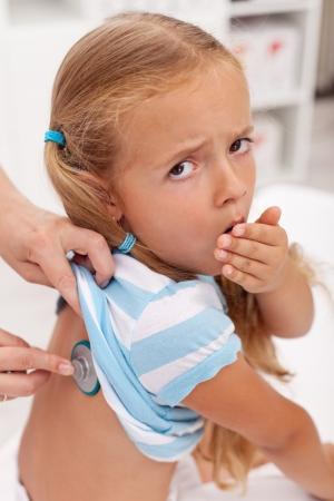 Kaszel dziewczynkÄ™ na lekarzy zostaÅ'y sprawdzone z stetoskop Zdjęcie Seryjne