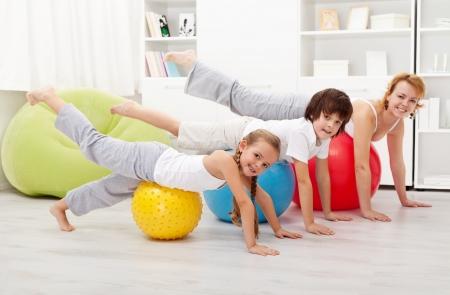 사람들은 체조 공을 사용하여 스트레칭 운동을하고