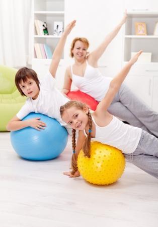 Zdrowa koncepcja życia z ludźmi, wykonywania na dużych piłek gimnastycznych