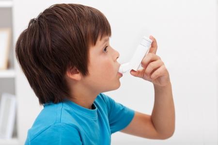 asma: Boy con inhalador - enfermedad del sistema respiratorio Foto de archivo
