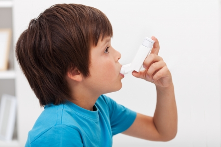 asthme: Gar�on utilisant l'inhalateur - maladie du syst�me respiratoire