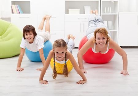Glückliche Menschen mit großen Gymnastikbällen - tun Gymnastik zu Hause Standard-Bild - 17921448