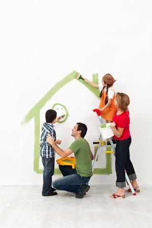 Szczęśliwa rodzina malowanie ich domu razem z dziećmi Zdjęcie Seryjne