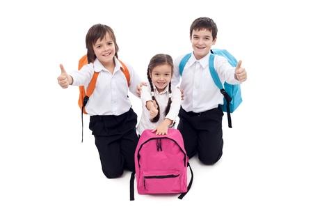 mochila escolar: Felices los niños de escuela que da los pulgares para arriba signo - aislados