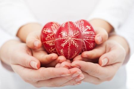 Frau und Kind Händen traditionellen roten Ostereier Standard-Bild - 18267080