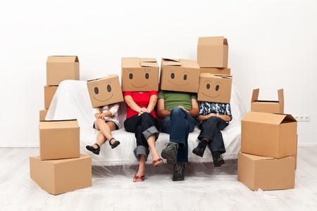 그들의 새로운 가정 재미의 행복 한 가족이 함께 소파에 앉아