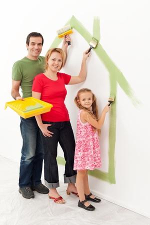 그들의 새 집에 가족 - 그것은 아늑한 집에 함께 개념 만들기