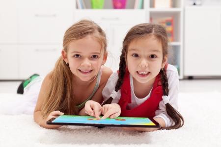 아트 보드로 태블릿 컴퓨터를 사용하는 어린 소녀 - 함께 그림