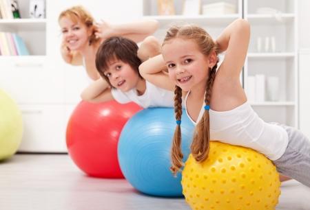 gymnastique: Enfants exer�ant avec leur m�re � la maison Banque d'images