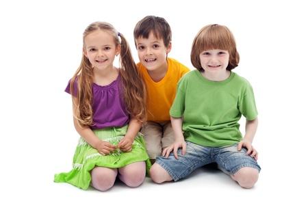 - 절연 행복 한 아이 미소 바닥에 앉아