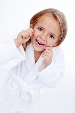 Petite fille soie dentaire - éducation à l'hygiène bucco-dentaire chez l'enfant Banque d'images - 19981262