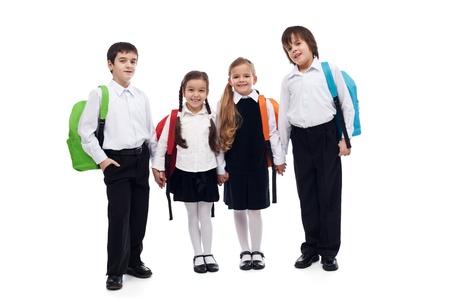 Grupa dzieci z kolorowymi plecakami trzymając się za ręce - powrót do szkoły koncepcji