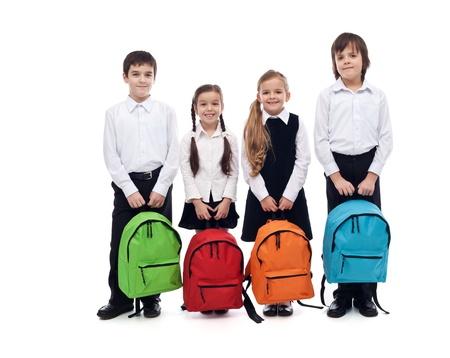 Grupa szczęśliwy dzieci z tornistrów - powrót do szkoły koncepcji, izolowane Zdjęcie Seryjne - 21140128
