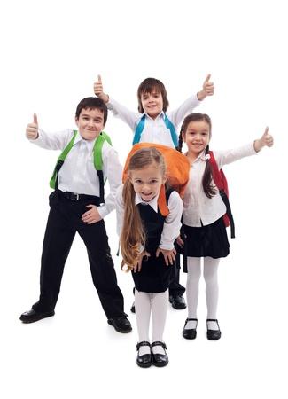 ni�o con mochila: Grupo de ni�os felices de volver a la escuela - aislado